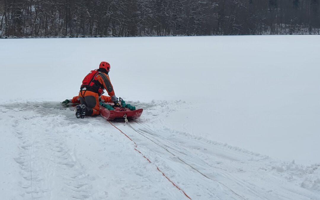 Szkolenie strażaków OSP na lodzie