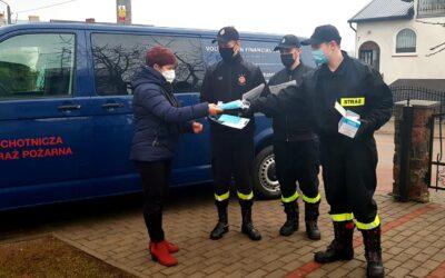 Strażacy pomagają w dostarczeniu maseczek ochronnych